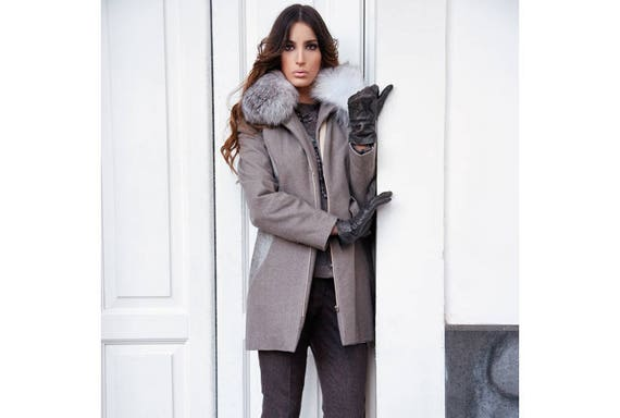 newest bbe7e f32f3 WINTERMANTEL with FUCHSFELGRRAGEN in GRAU, grey wool coat, grey transition  coat, leather insert, light grey short coat with fur collar