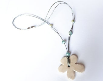 Round neck with ceramic flower pendant