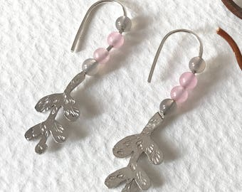 Arracades plata branca i quarz.Silver floral earrings with pink and gray quartz