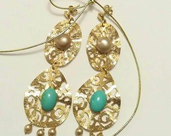 Orecchino realizzato in argento, perle di acqua dolce e  ovali di turchese