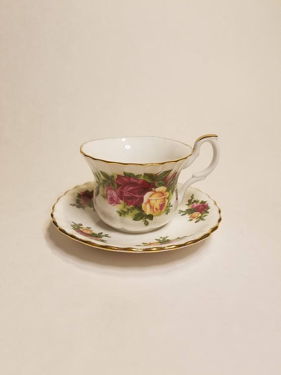 ENGLAND Royal Albert  OLD COUNTRY ROSES TEA CUP AND SAUCER