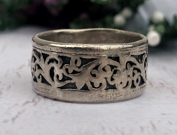 Vintage Silver Ring With Floral Patterns.