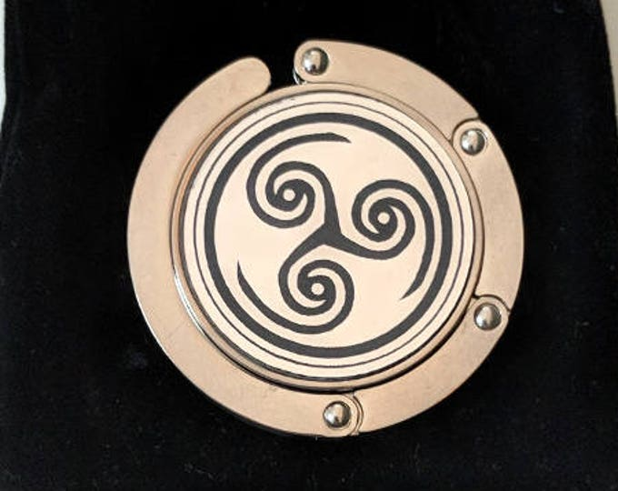 Hellblade symbol purse hanger, laser engraved. Comes with an elegant black velvet pouch. Senua Senua's Sacrifice