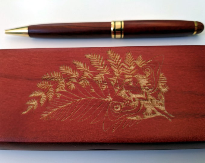TLOU wood pen in a wooden box, laser engraved with Ellie's Tattoo. Two colours to choose from. Can be customised!