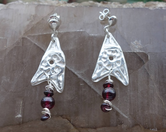 Natural pair of earrings in silver textured with red garnet beads. For women.