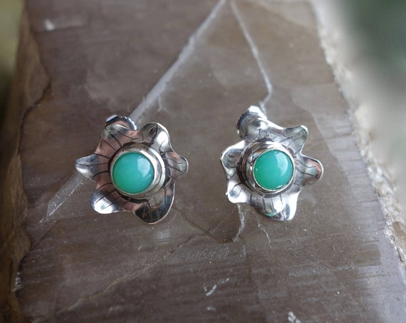 Pair of flower in silver with etching, patina earrings, chrysoprase cabochons. Unique piece.