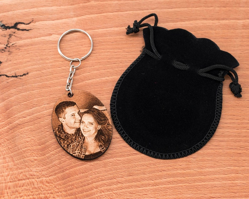 Customizable wooden key door with photo and text oval format