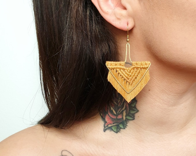 Wild And Feather macrame earrings: Arrow - cognac