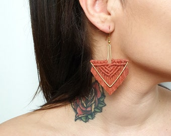 Wild And Feather macrame earrings: Arrow - terracotta