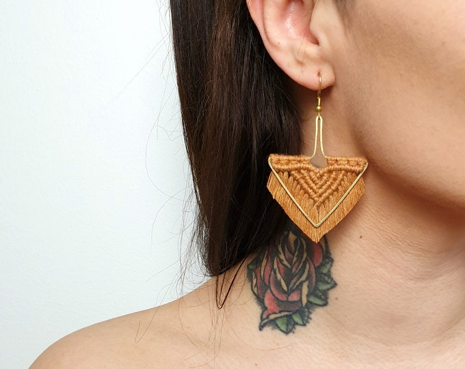 Wild And Feather macrame earrings: Arrow - camel