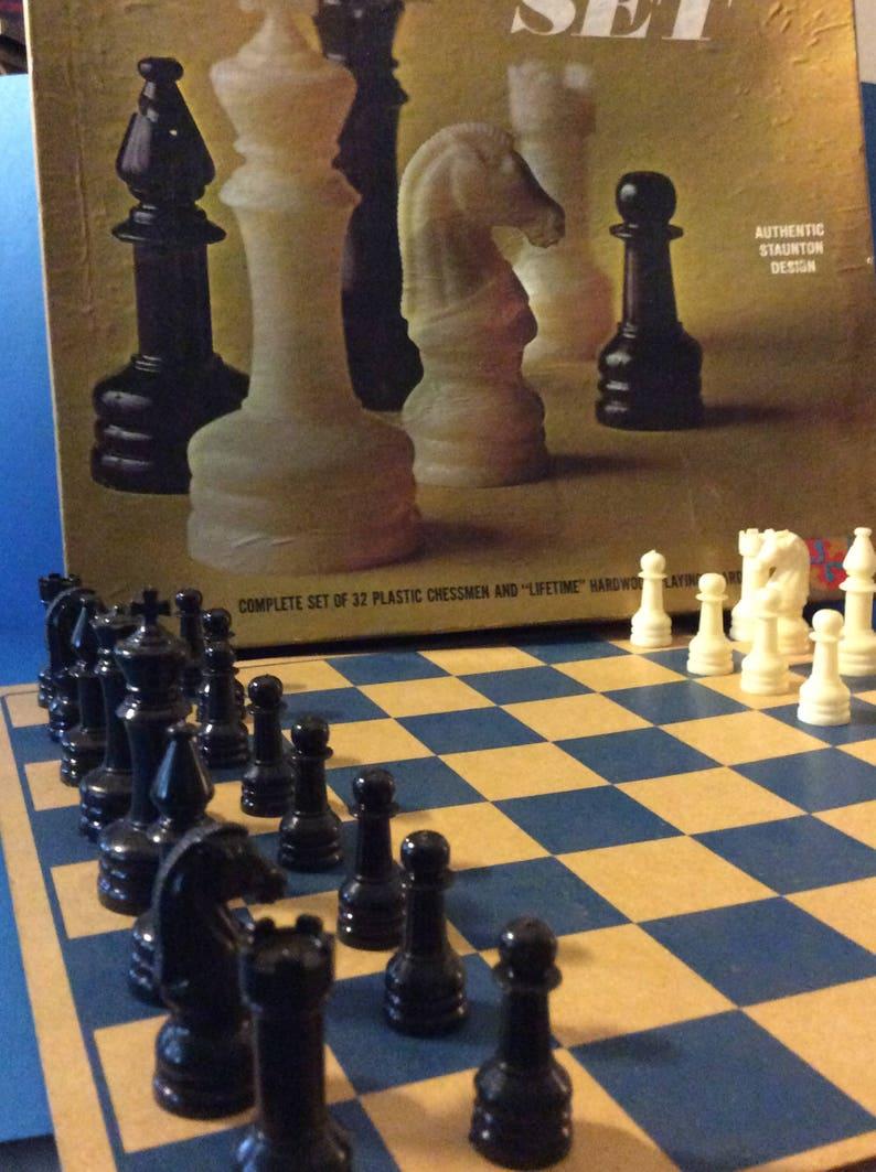 authentic Staunton design. Chess set