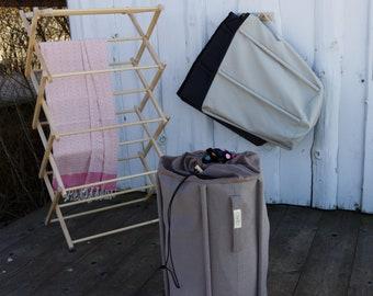 Dark beige canvas laundry bag, hamper with carry handle. Kangast pesukott riputus sangaga, värvus kakaokreem.