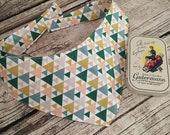 Aktion - Dreiecke grün, gelb, rosa - Hundehalstuch zum Binden, Größe XS