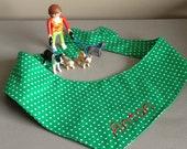 Kleine Punkte auf Grün für die für die Hundewiese - Hundehalstuch zum Binden
