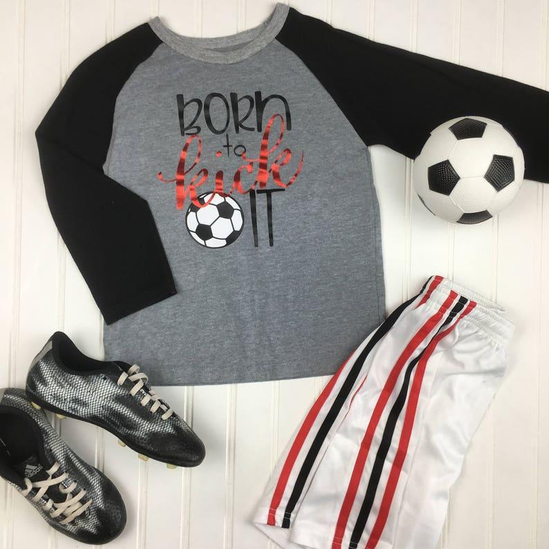 new product c4be0 3697b Geboren, um Kick es Soccer Shirt, jungen Fußball-Shirt,  Mädchen-Fußball-Shirt, Kinder-Fußball-Shirt, raglan Kinder Fußball,  Fußball-Shirt, ...