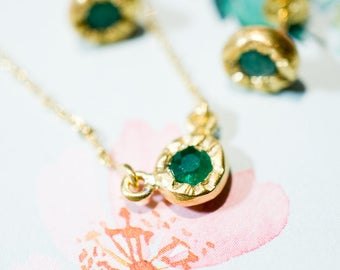 Chain necklace with emerald in a little bud