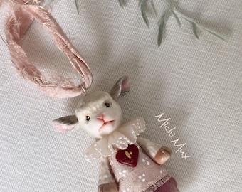 Ciondolo agnellino-bambola fatto a mano in polymerclay Fimo e con abiti di seta. Pezzo unico, confezione regalo, vintage style. Miniatura