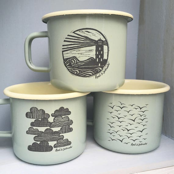 Émail tasses – sage vert/crème, grand laser gravés (trois dessins-phare, les mouettes, les nuages) – émail parfait tasse camping ou cadeau.