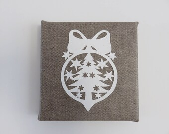 Table Christmas pattern paper on natural linen tree ball. 12 x 12 cm.