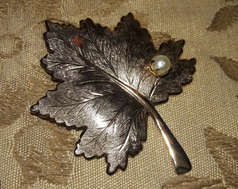 Sarah Coventry gold maple leaf with pearl brooch