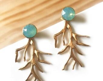 214dfe553592 Pendientes dobles con coral dorado y cristal Swarovski. Dormilona y  colgante independiente. Chic y elegante