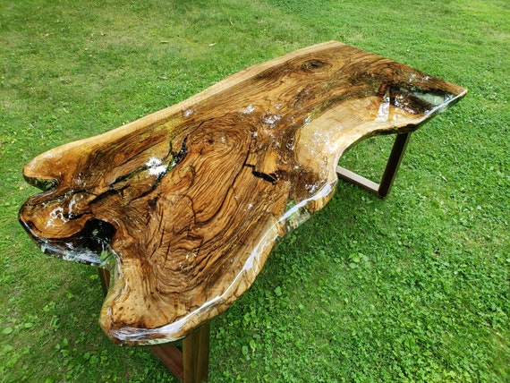 Texture dune table en bois avec de la résine époxy vue de dessus