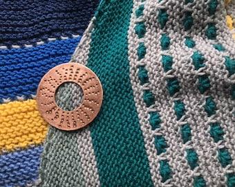 runde Brosche in Kupfer gehämmert, Tuchnadel Sonne, handgearbeitet Schalnadel - ein Unikat