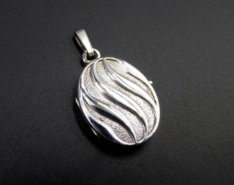 Vintage pendant wears photo or says cassolette oval silver medallion 835