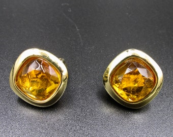 Vintage square clip earrings in gold metal and glass stone in amber Cognac color.