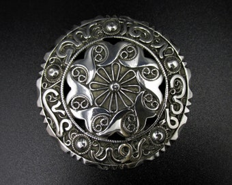 Beautiful round brooch with oriental ethnic style in solid silver and decorated with watermark