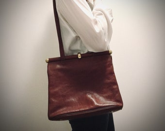 Texier vintage French bag in brown leather worn over the shoulder
