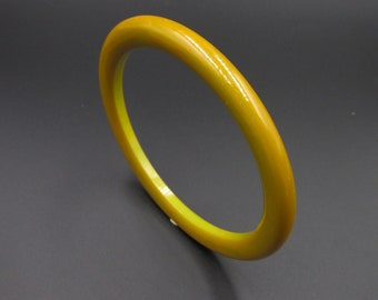 Vintage junk bracelet in Bakelite in yellow marbled green, swirls