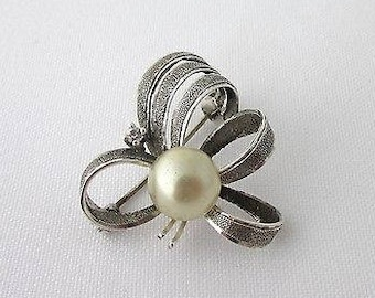 Vintage knot brooch, pearl and shiny silver 900