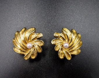 Earrings old vintage gold clip signed and numbered Marcel Boucher form flower and pearl white pink