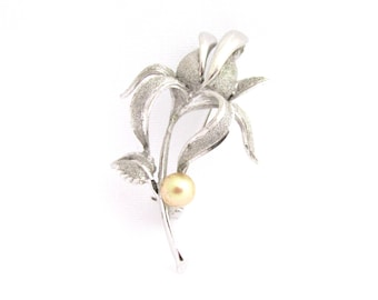 Beautiful vintage brooch in silver 900 flower polished and satin effect set with a gold pearl