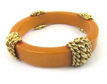 Beautiful vintage bracelet signed Carven 60s in Bakelite egg yellow color with twisted décor in gold metal .