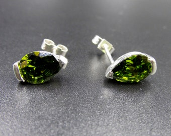 925 silver chip earrings set with a pear-sized peridot imitation or green drop