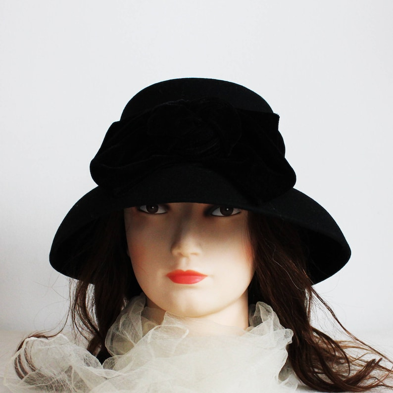 Vintage black felt hat with velvet ribbon and bow ladies hat  dc24586cb15