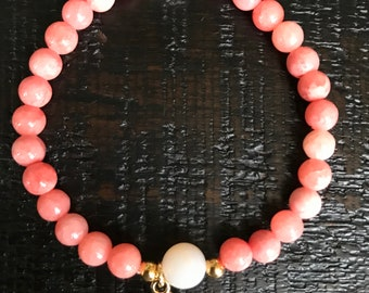 Pink dyed quartzite stone and agate clover bracelet