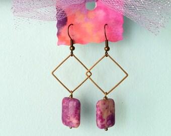 Orecchini pendenti con rombi in ottone e perle in diaspro rosa