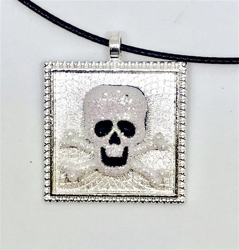 bca6cf622141 Halloween brillante cráneo collar de encanto. 1 cuadrado