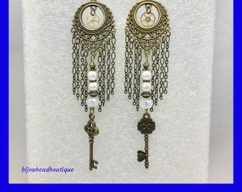 Steampunk Key Earrings / Steampunk Fashion for Women / Victorian Skeleton Key Earrings / Unique Gift Ideas / Steampunk Key and Cog Earrings