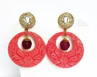 Orecchini corallo, orecchini a cerchio colorati, orecchini estate, orecchini con perle, gioielli pietre dure, orecchini resina, agata rossa