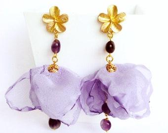 Orecchini stoffa, orecchini ametista, orecchini viola seta, orecchini fiore, orecchini lunghi leggeri, orecchini ottone, orecchini nuvola