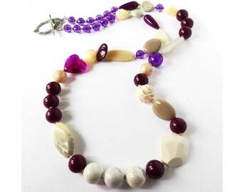 Collana etnochic, collana con cuore, collana lunga beige, gioielli ceramica, gioielli resina, collana viola, collana grossa, collana foglia