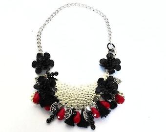 Collana fiore in pelle, collana con perline, collana rossa e nera, collana con ciondoli, collana ecopelle argentata, girocollo cristalli