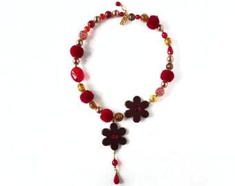 Collana fiori, collana rossa, collana girocollo, collana resina, collana vetro, collana perline, collana con ciondolo, collana floreale