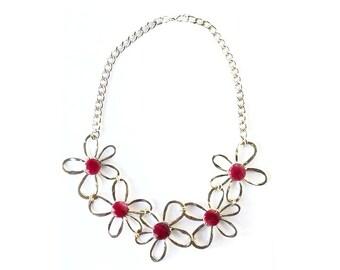 Collana floreale, collana margherite, collana con pietre, girocollo boho, collana fiori, collana giada, collana ottone, collana wire fucsia