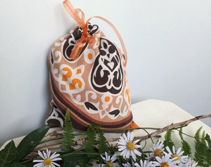Sachet trick and treat avec ruban de serrage. Pochette cadeau en tissu égyptien aux couleurs de l'automne. Emballage recyclable