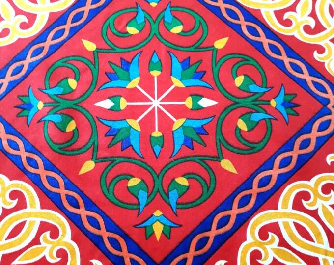 Couverture de table arabesque. Motifs arabesque et fleur de lotus. Idéal pour décoration de table de fête égyptienne, table anniversaire